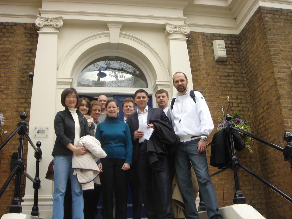 London School of English. В центре - преподаватель Glynne Williams