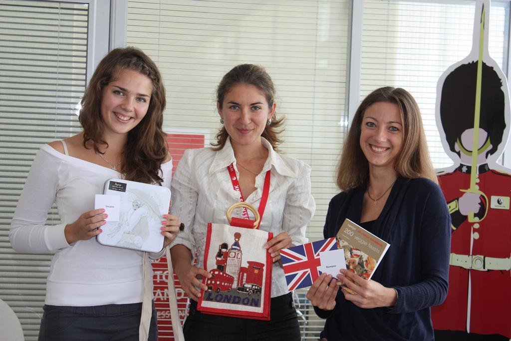 Мы уже с подарками. Слева направо: Оксана, Ира и Лера