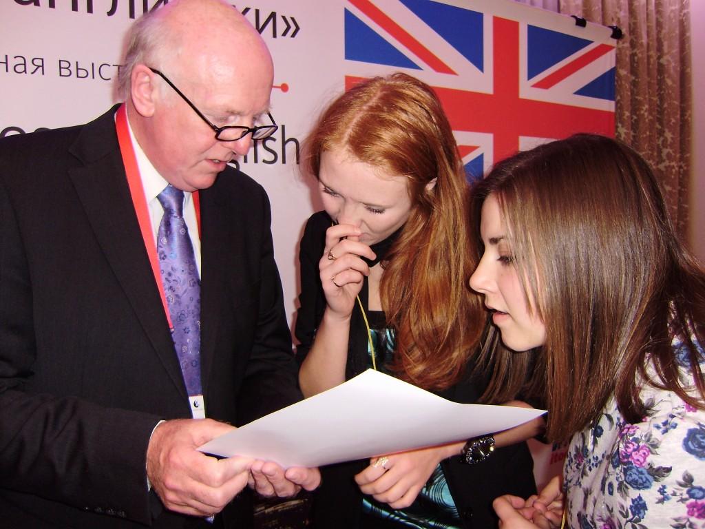 Джон Майлз, Canterbury Language Training, вручає сертифікат