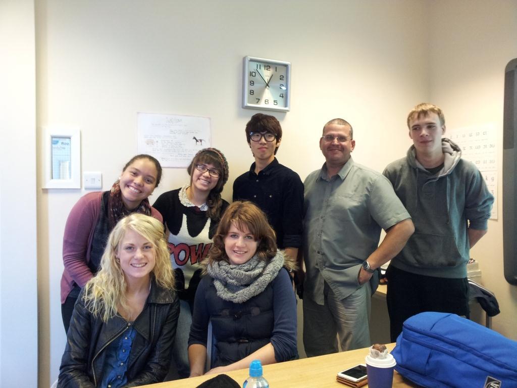 Моя группа. Слева направо во втором ряду: девочки из Венесуэлы, Колумбии, парень из Кореи, мой учитель Роб, парень из Германии. Слева направо в первом ряду: девочки из Швейцарии и из Швеции