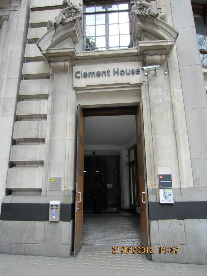 Вхід до будівлі факультету міжнародних відносин LSE