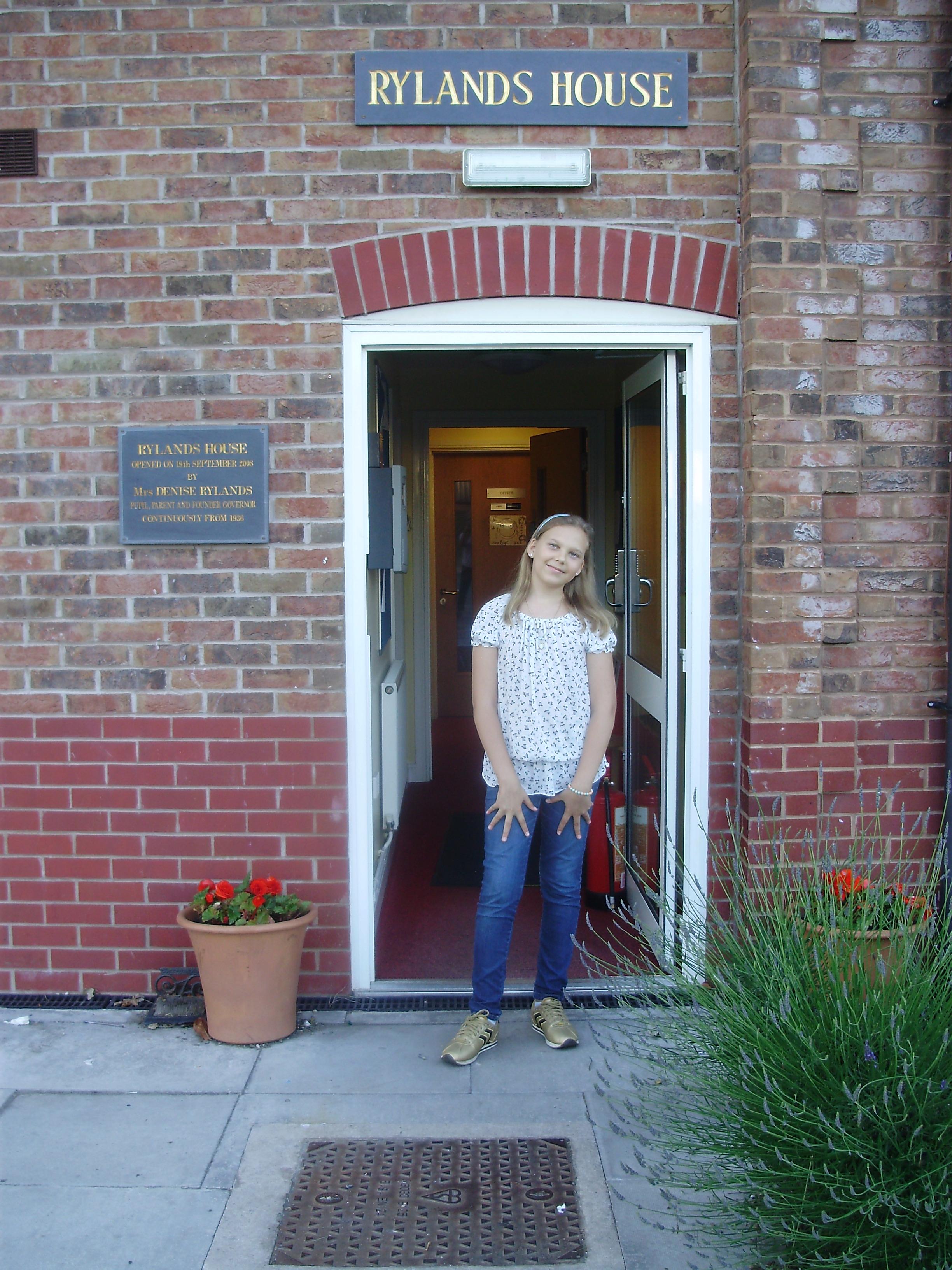 Алелия у парадной двери дома, в котором мы проживали
