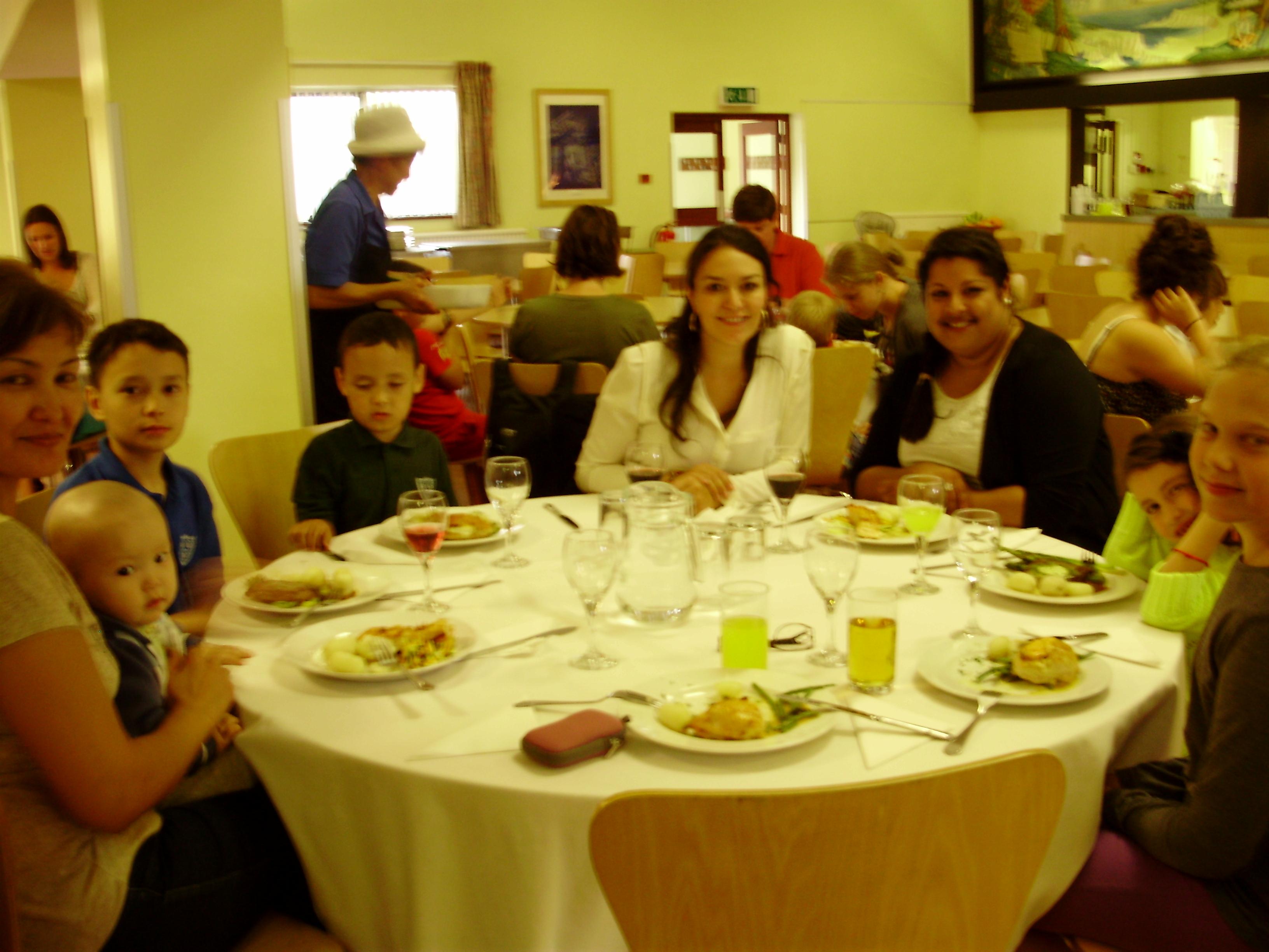 В столовой с друзьями из Мексики, Казахстана и преподавателем по пению Гарриет