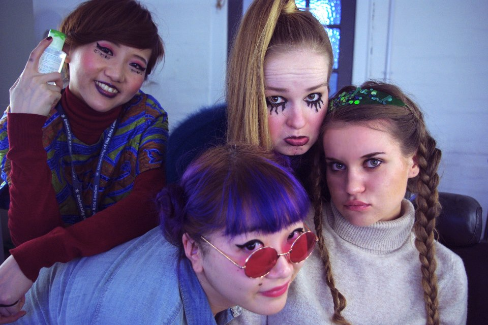Саюри, Руру, Мадара и я собрались в гримерной комнате перед фото экзаменом в своих сценических образах