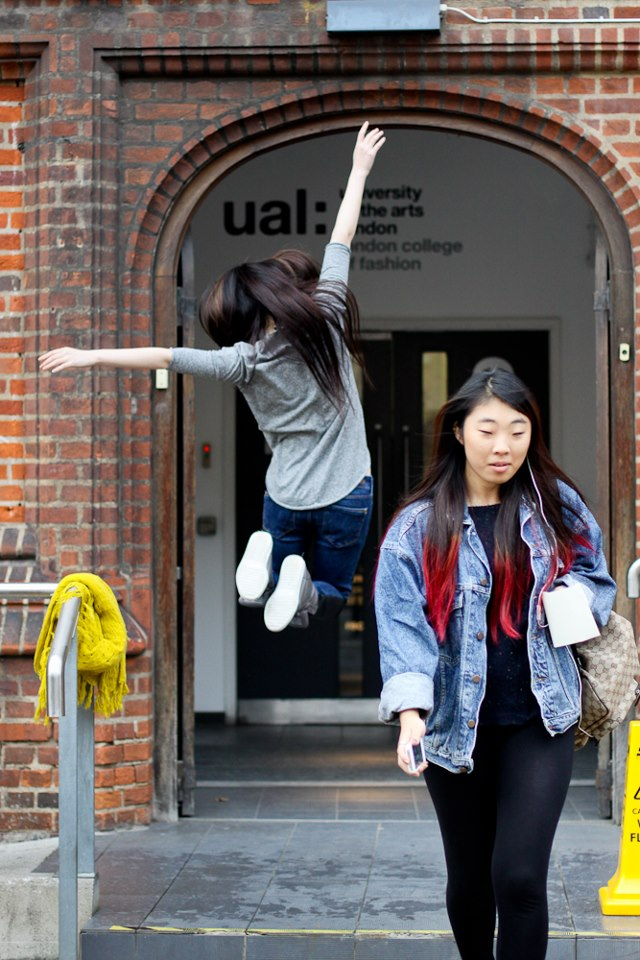 Счастливые студенты London College of Fashion, снятые на камеру студенткой Марией Кир