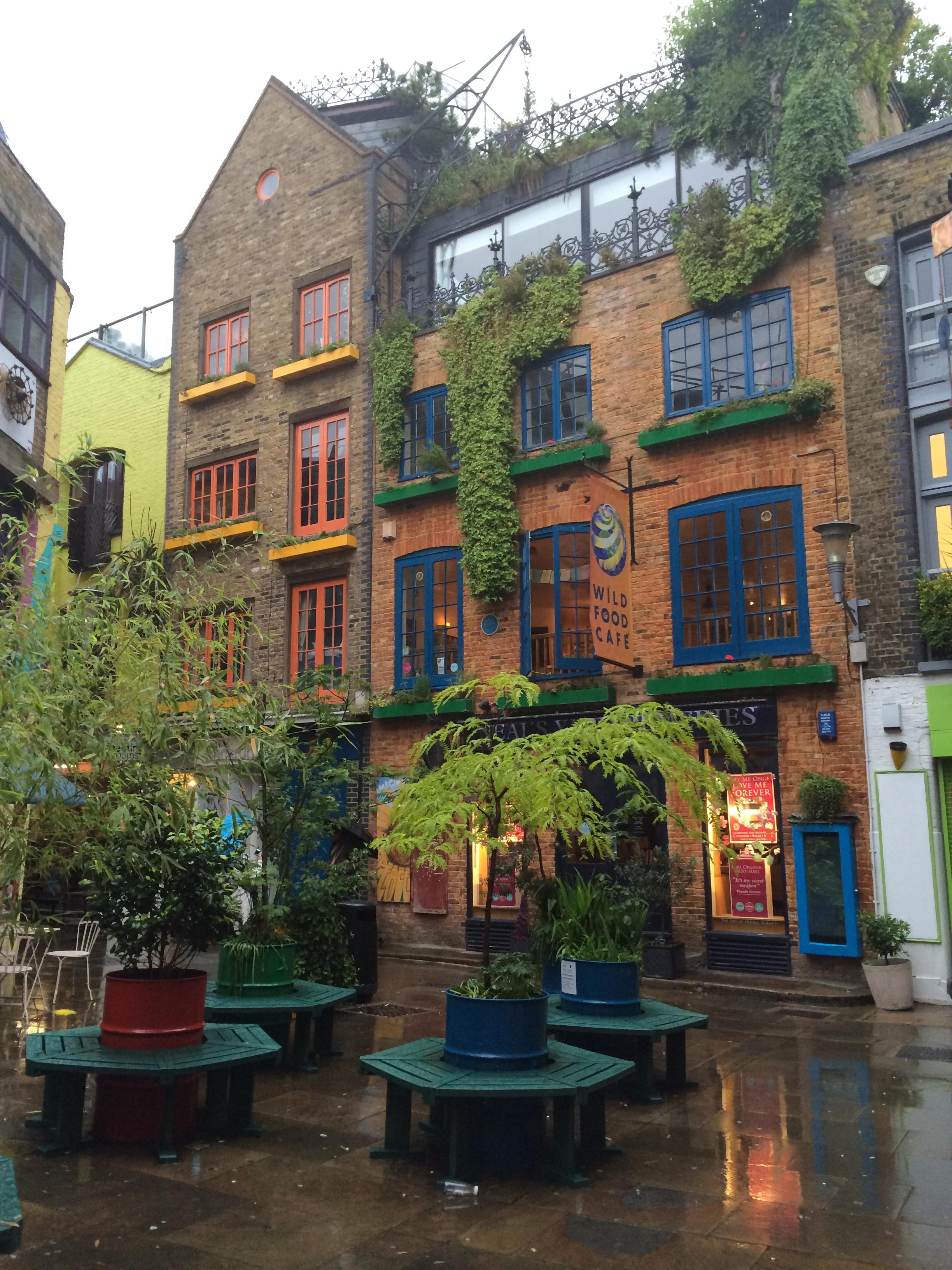 Neal's Yard – живописный, яркий лондонский дворик с магазинами. Здесь светло даже в самый пасмурный лондонский день