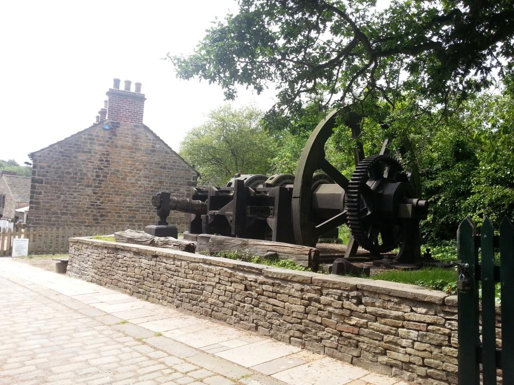 На входе в музей – оригинальное оборудование давних сталеваров