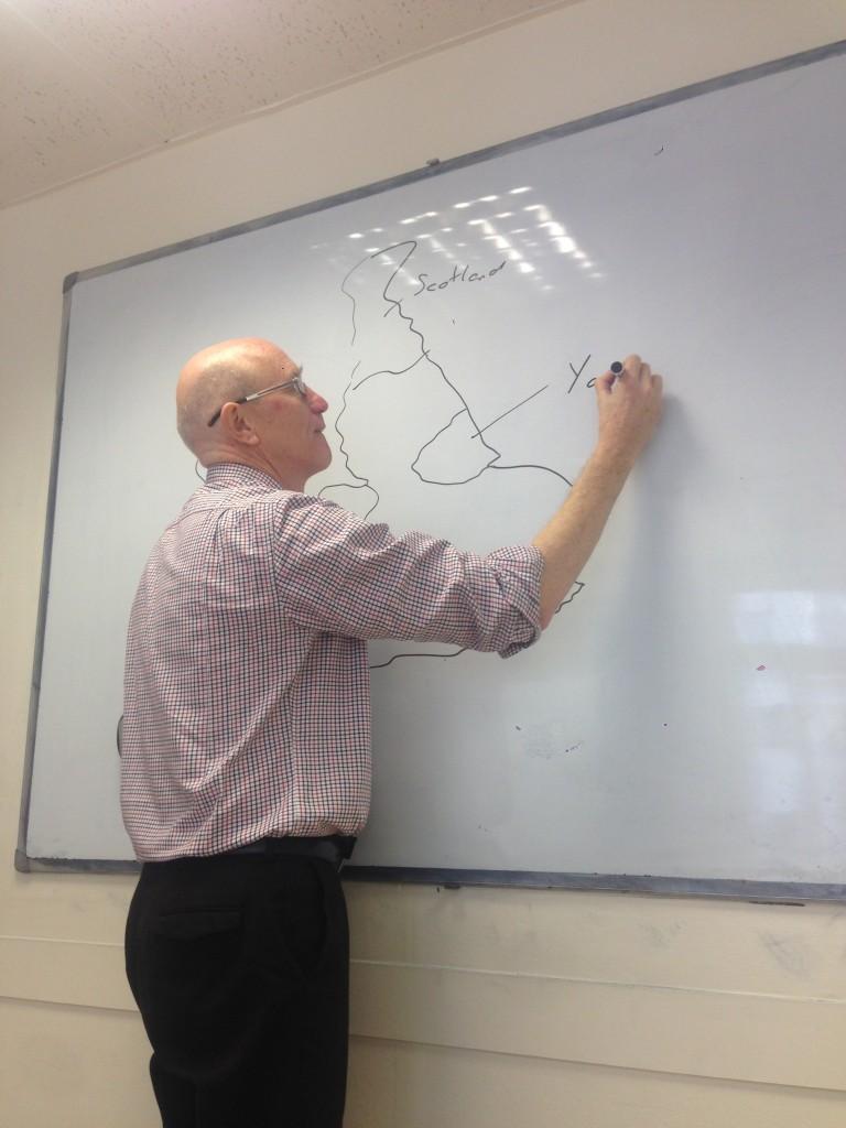 Директор школы - Дэвид - рассказывает нам (и наглядно показывает), откуда он родом :)