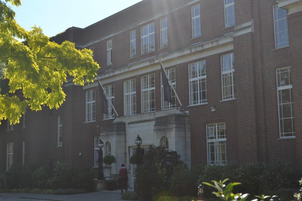 Главный вход в здание университета