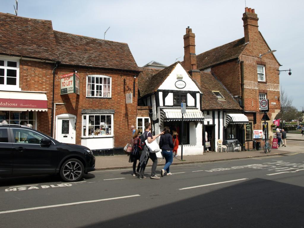 Маленький белый домик через дорогу построен приблизительно в 1485-м