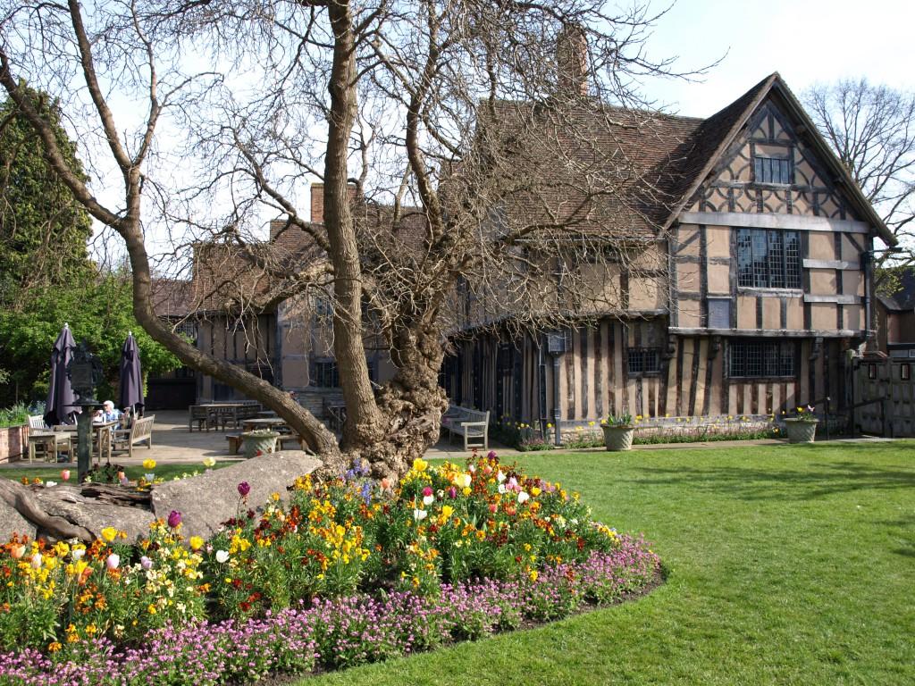 Дом дочери Шекспира Сюзанны и ее мужа Джона Холла, который был довольно известным врачом, чьи посмертные практические записки долгие годы служили популярным учебником по медицине