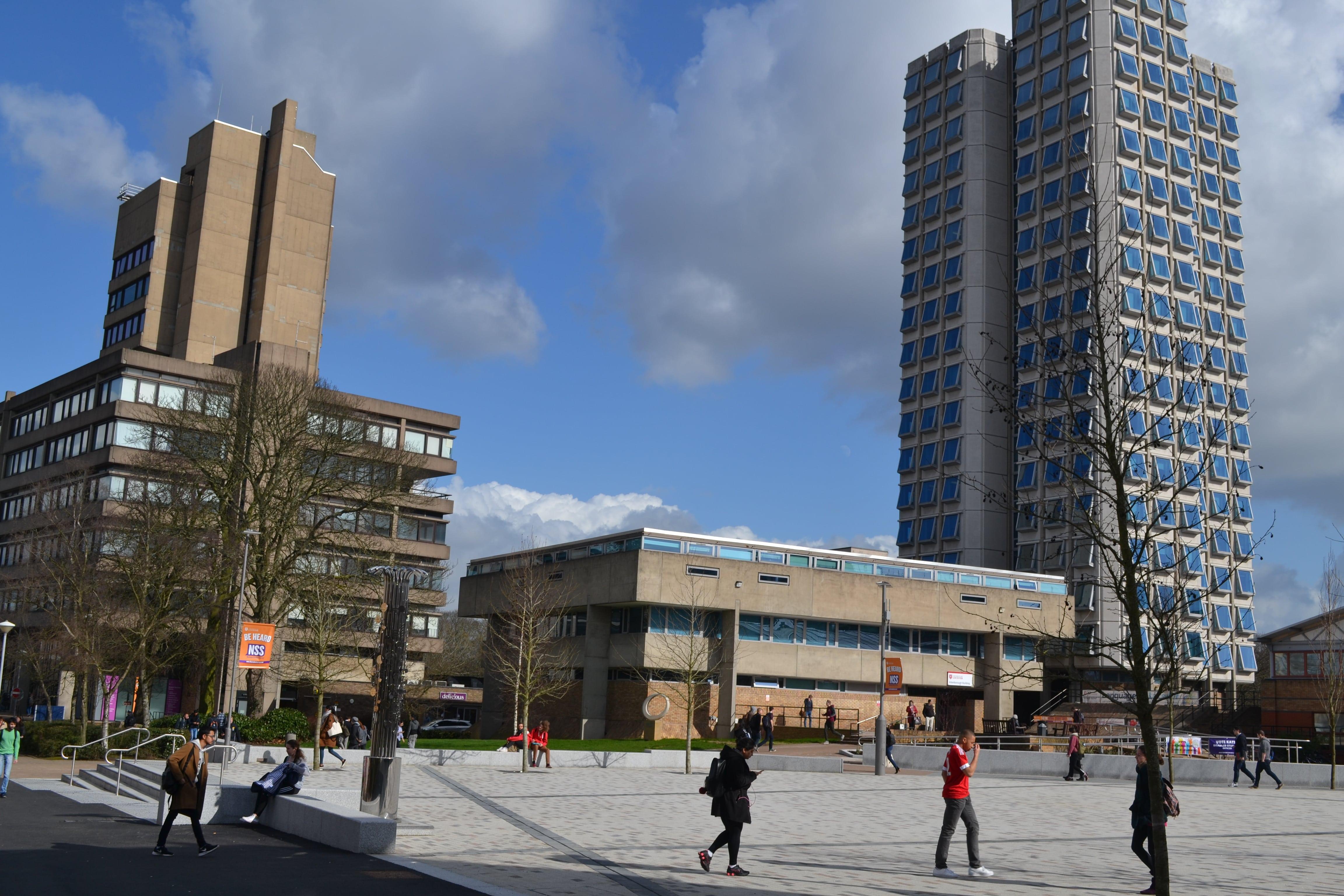 Справа на фото – здание-терка  или Attenborough Building, где расположены гуманитарные факультеты и факультеты искусства. Слева – административное здание Charles Wilson Building,похожее на трансформер.