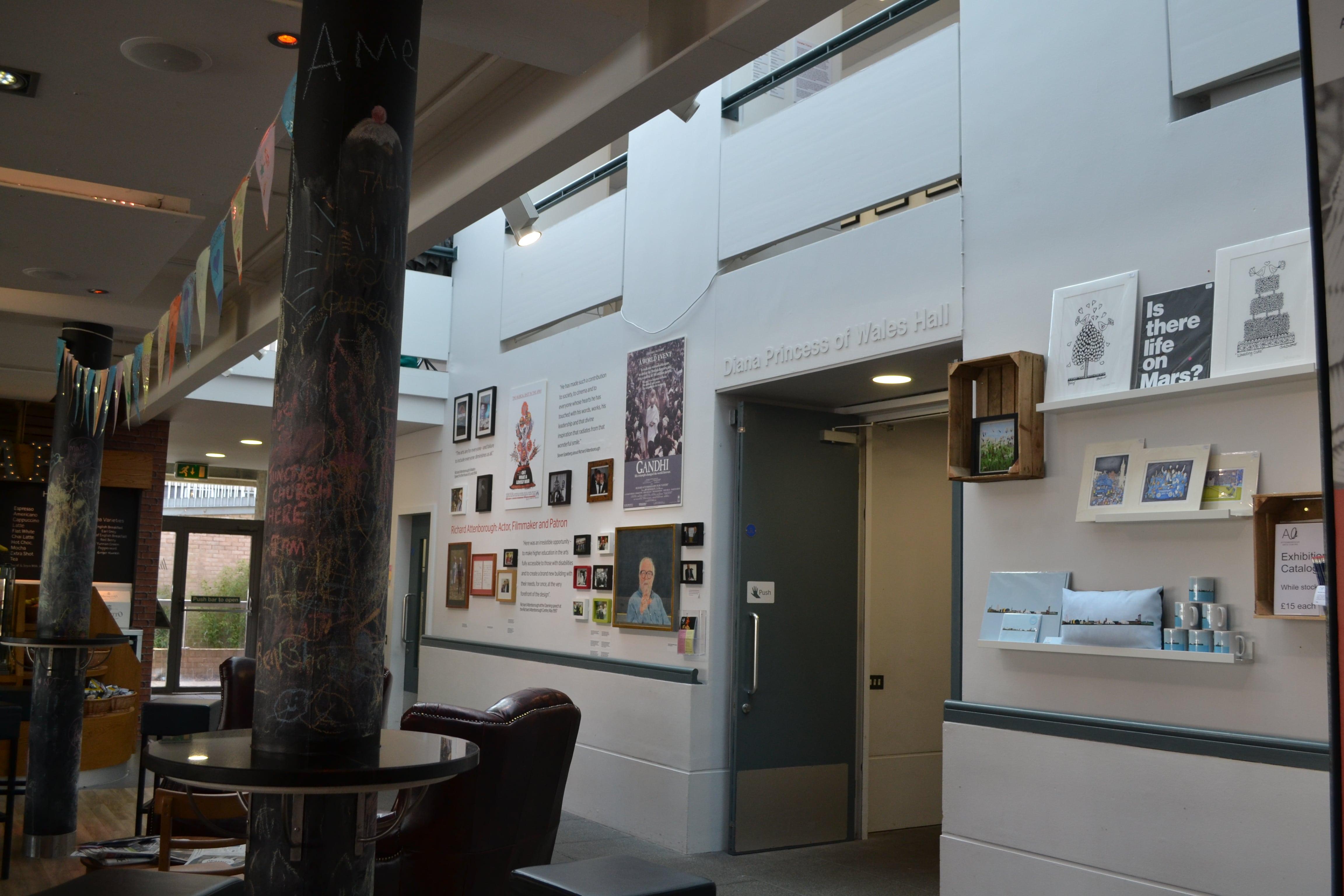 В здании Embrace Arts расположена галерея, кафешка и сувенирный магазинчик.