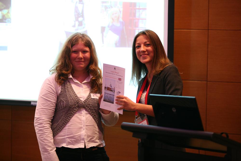 Приовой сертификат Виктории вручает Валерия Самборская, директор клиентского сервиса «Бизнес-Линка»