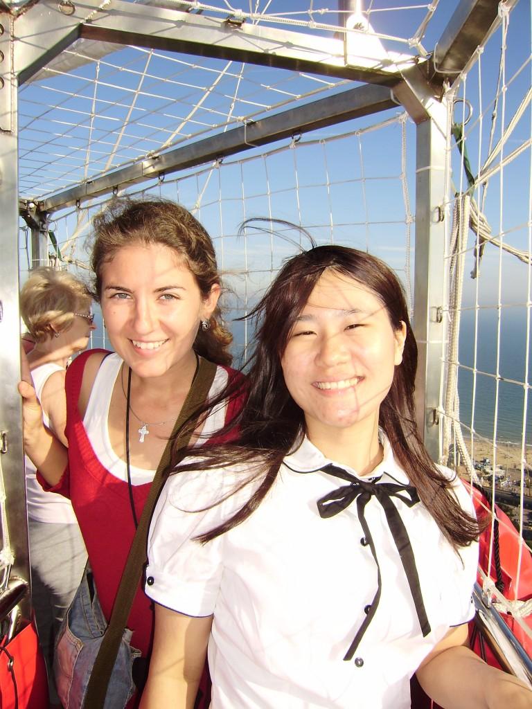 Я и моя подруга Каори из Японии. На большом воздушном шаре