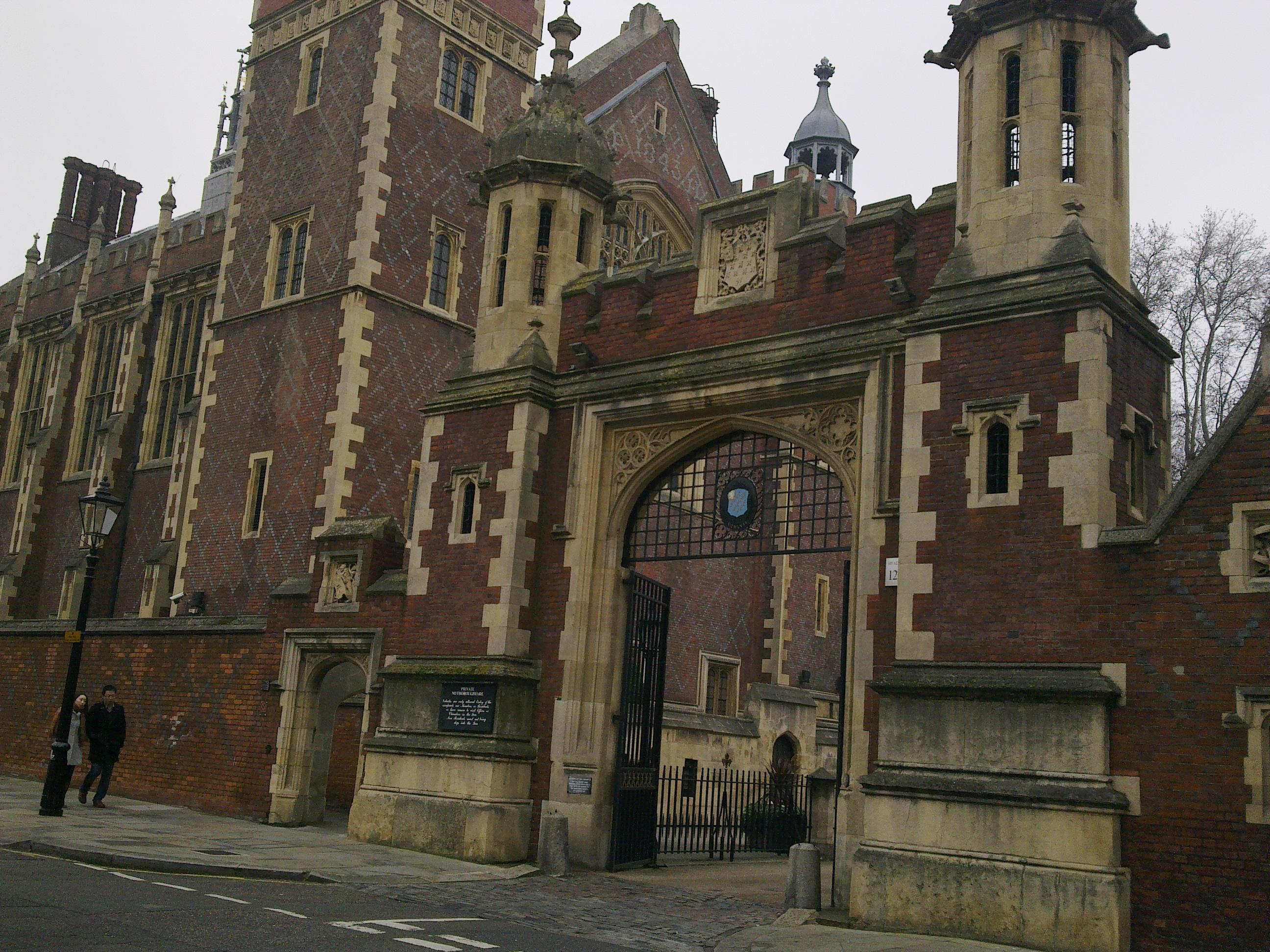 London School of Business & Finance находится в центре Лондона на Holborn, в окружении госучреждений, а также других известных университетов и школ - например, таких как London School of Economics, где учатся дети очень известных деятелей