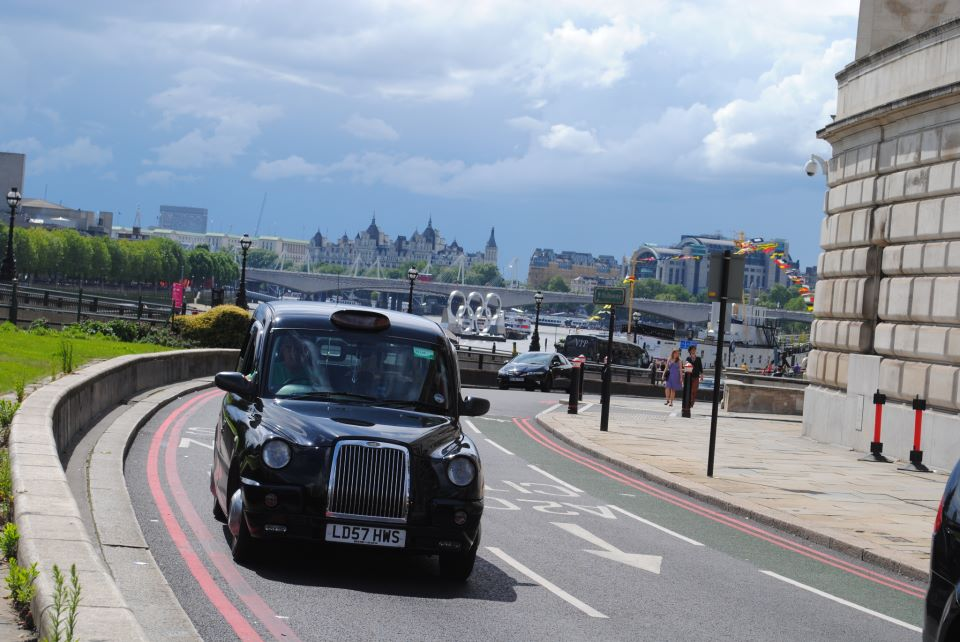 Мое любимое фото из Англии :) Лондон во время Олимпийских игр, традиционное английское такси, и где-то вдалеке виднеются олимпийские кольца, которые были установлены посреди Темзы.
