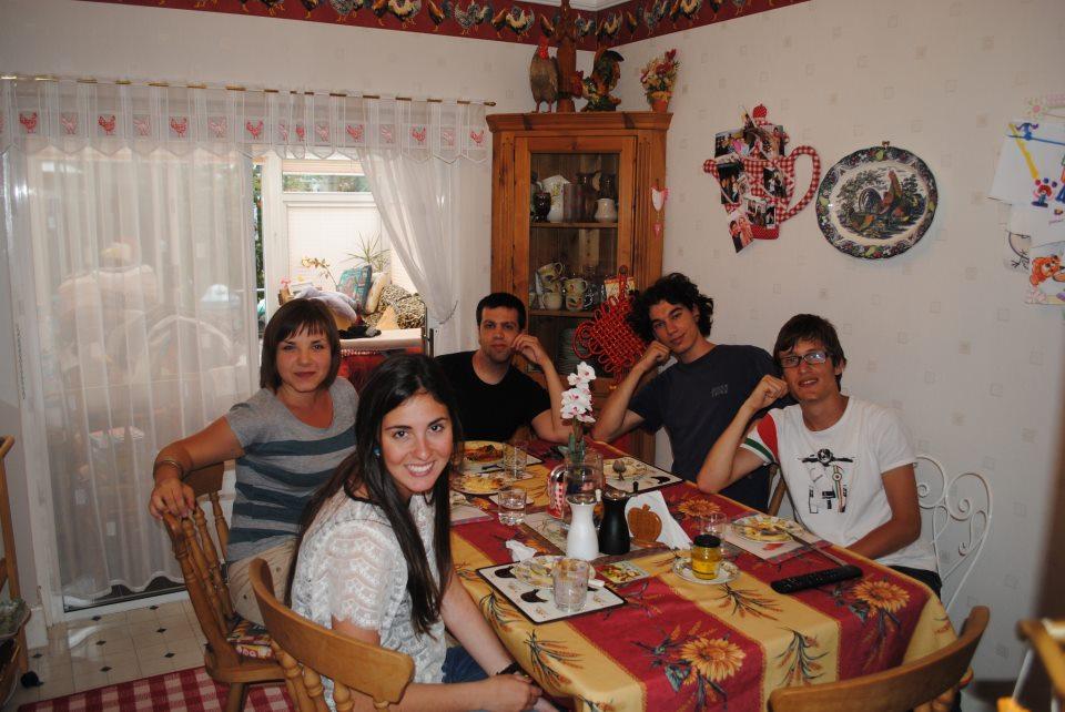 Мои сожители. Справа налево: Микеле (Италия), Кристоф (Франция), Пауло (Испания), я собственной персоной и Адриана (Испания). И автором фотографии вяляется мой хозяин-анлиец, Трэвэр. Такая вот семейка :)