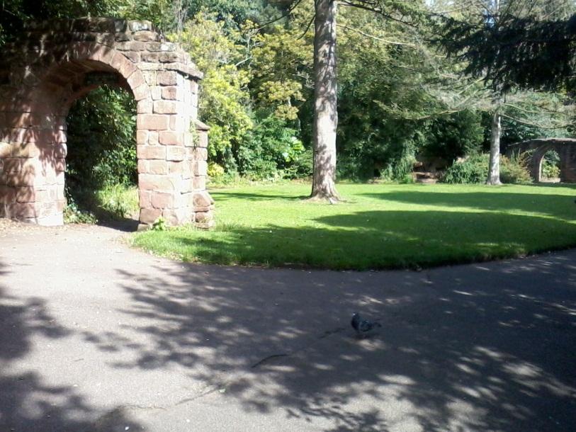 Сказочный парк, ведущий к реке Ди, которая берет начало в Уэльсе