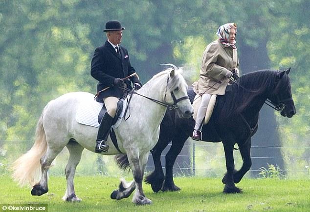 Хороший денек для конной прогулки: королева на своем горном пони Карлтонлиме Эмме в Большом Виндзорском парке этим утром.