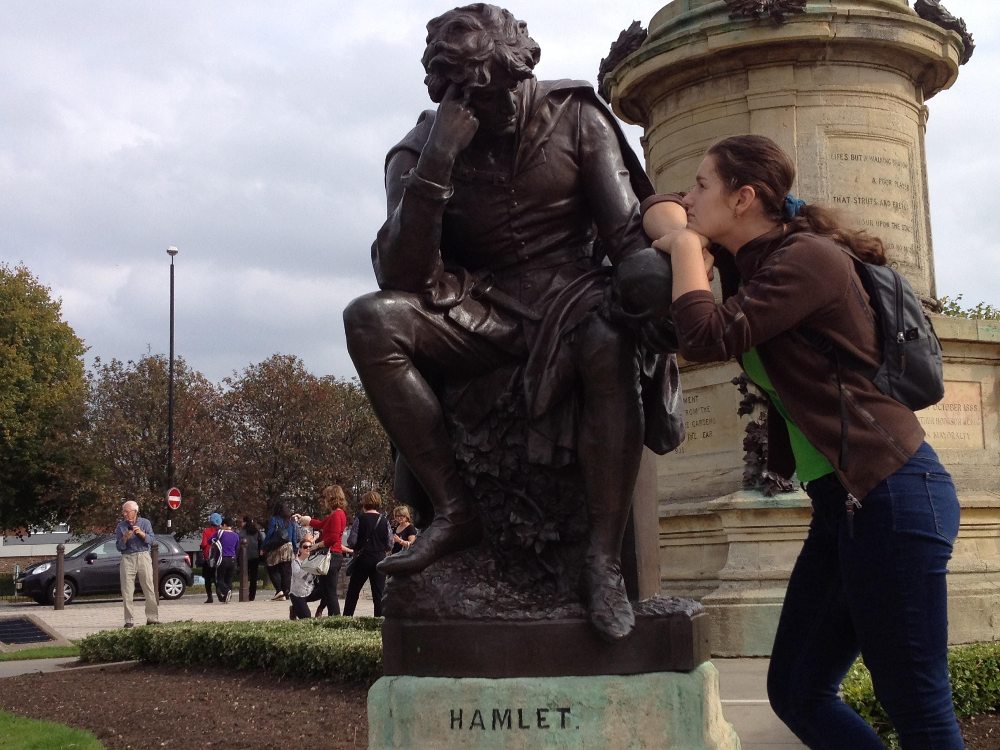 Памятник Гамлету на родине Шекспира - городок Стрэдфорд-на-Эйвоне