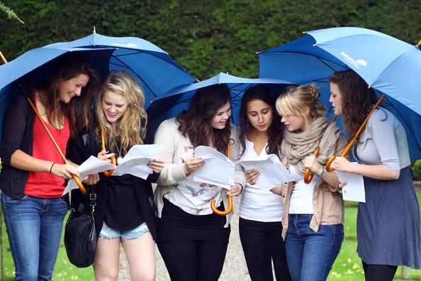 Студентки под зонтиками