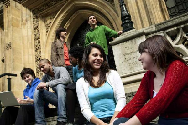 Студенты King's College London возле библиотеки Maughan