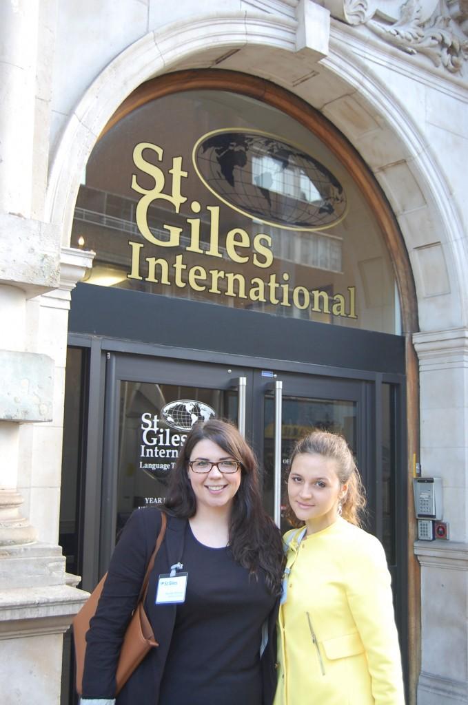 Главный вход школы St Giles London Central, с представителем школы