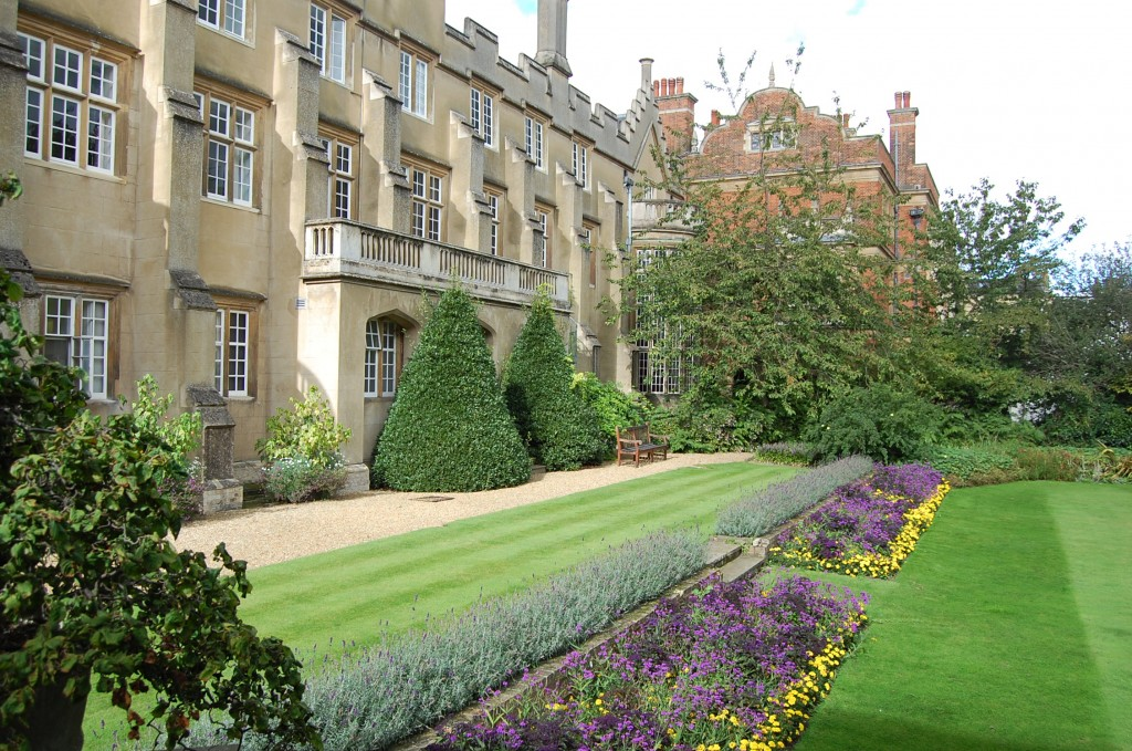Внутри колледжа – большой сад