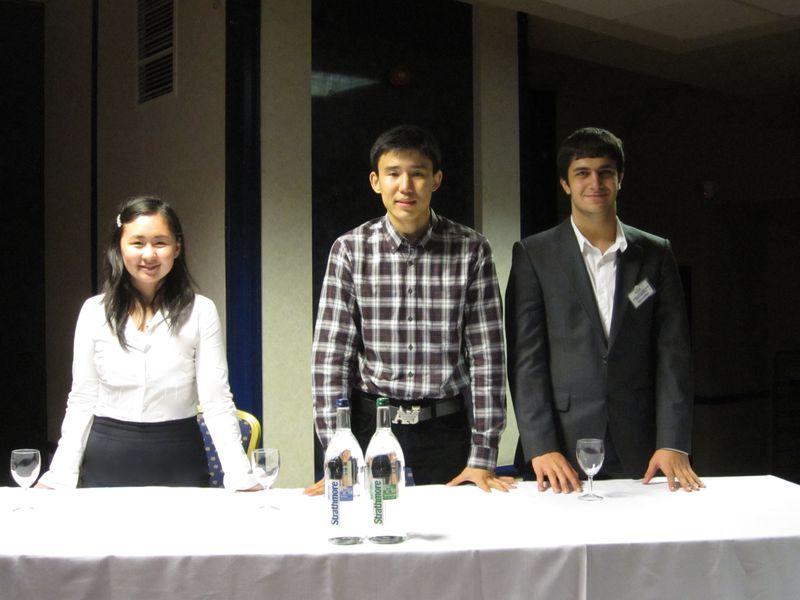 Асель и ее друзья-студенты на конкурсе публичных выступлений