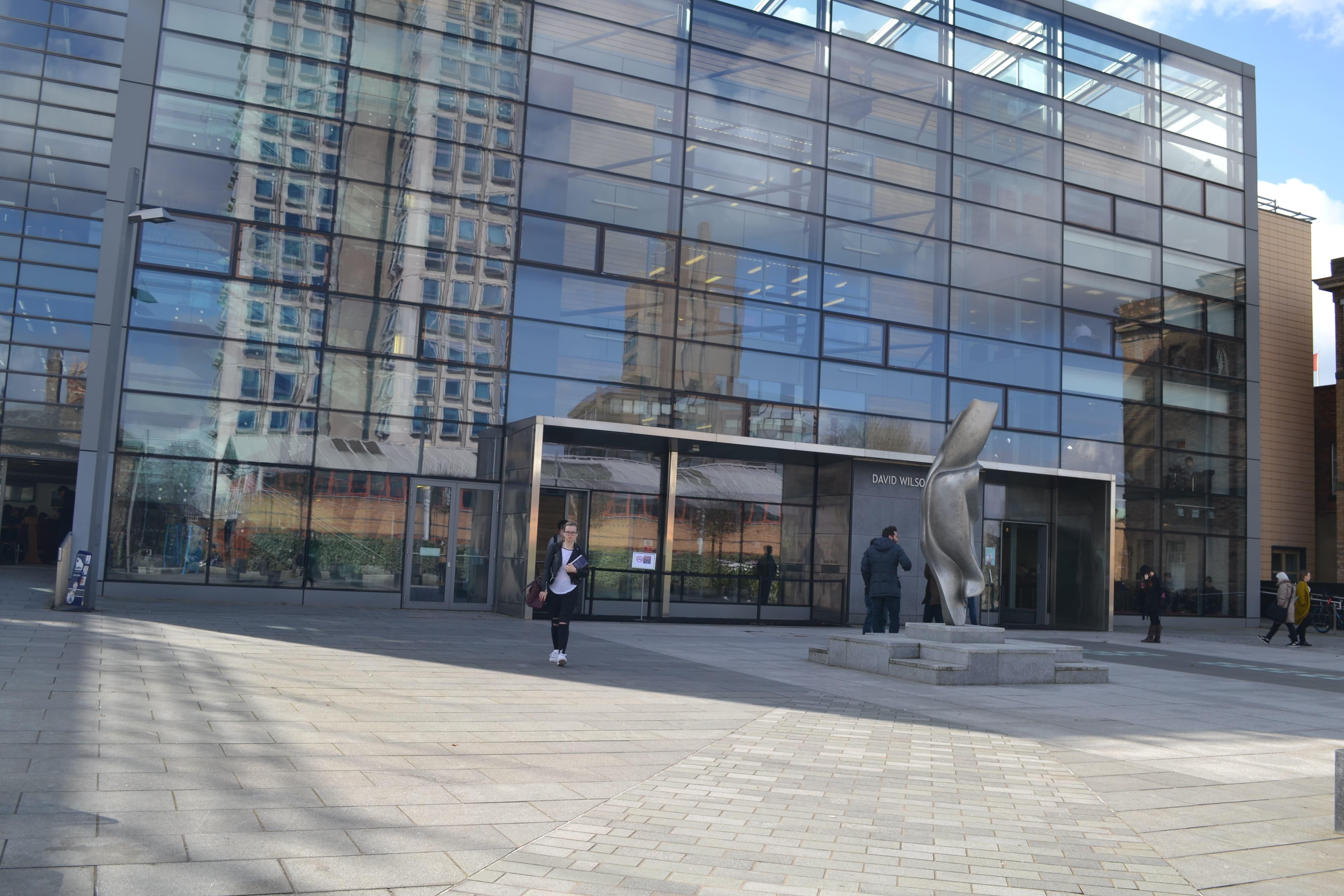 Внутри здание O2 Academy похоже на шопинг мол