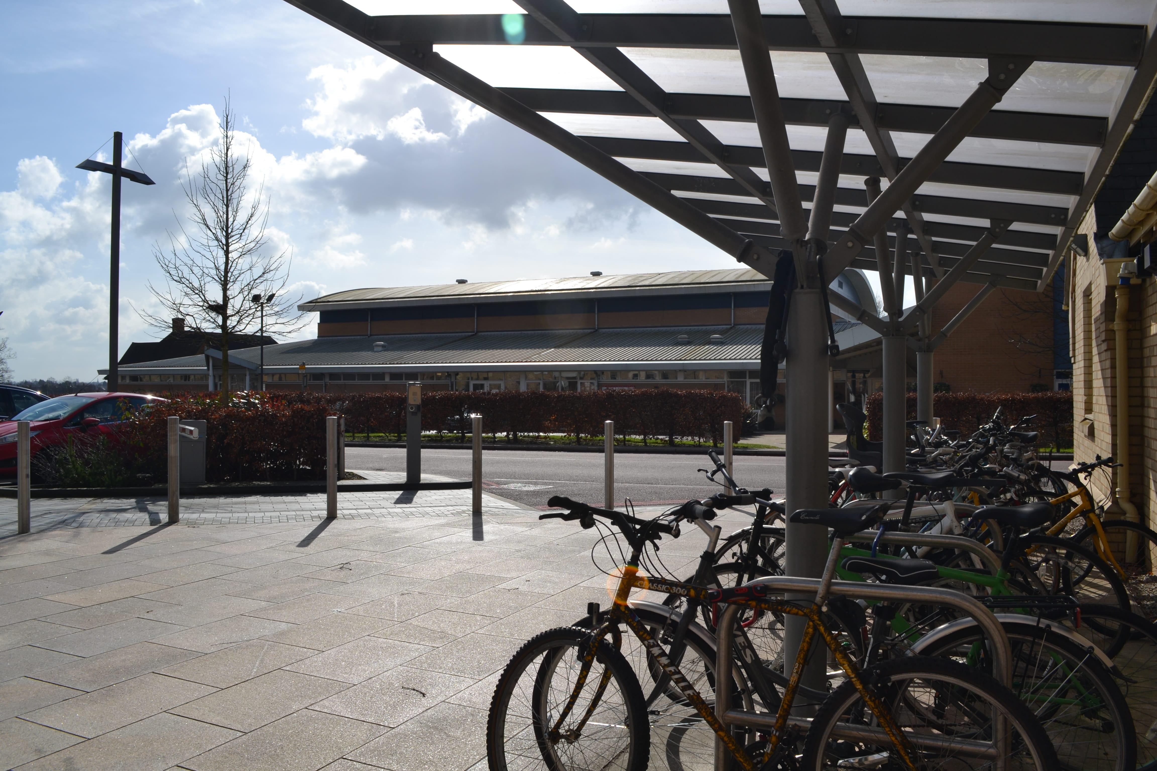 Огромный Спорт центр со всевозможным тренажерным оборудованием, бассейном и игровыми полями для студентов.