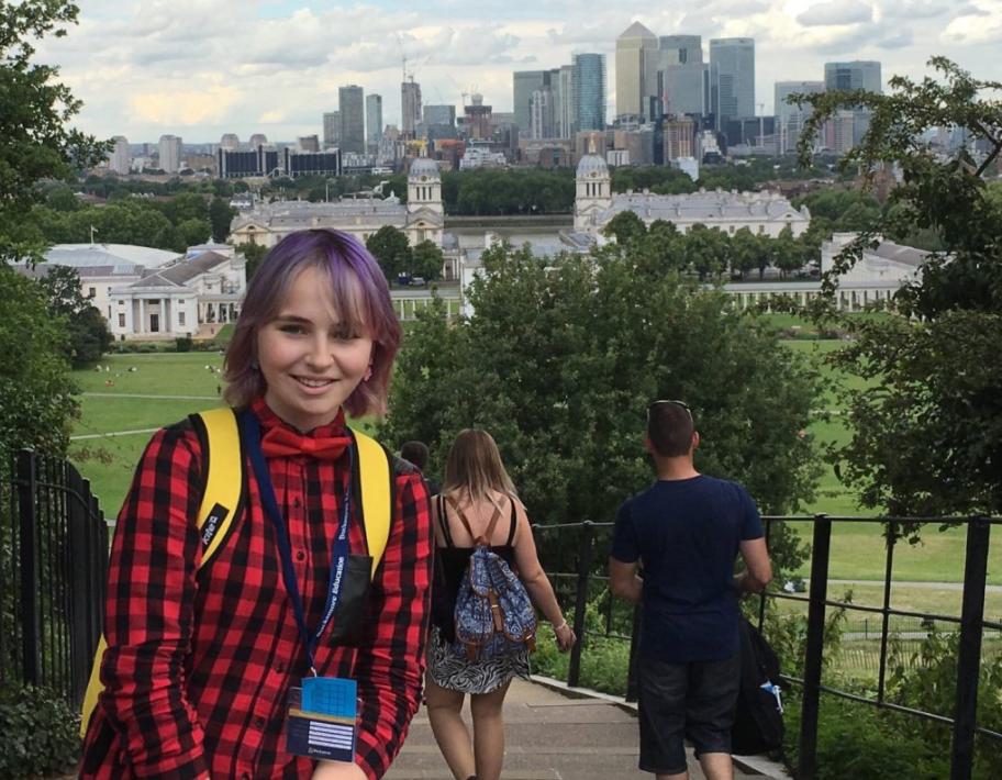 На фото – я (да, у меня фиолетовые волосы) и вид на Гринвичский университет и центр Лондона. Кстати, промежуток между двумя корпусами университета – гринвичский меридиан. Начало времени!